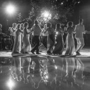 Γαμήλιο γλέντι. Ο πρώτος χορός, ωραία που είναι η νύφη μας.
